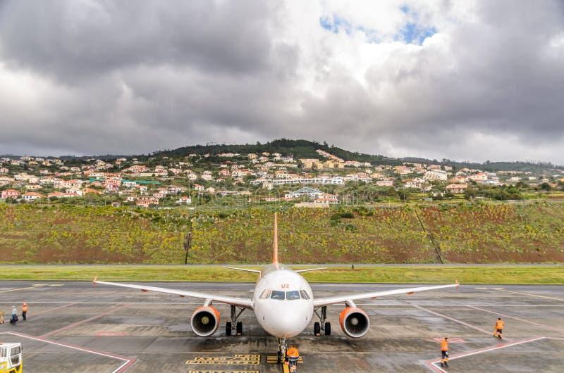 easyjetflygbuss på madeiraflygplatsen arkivfoton