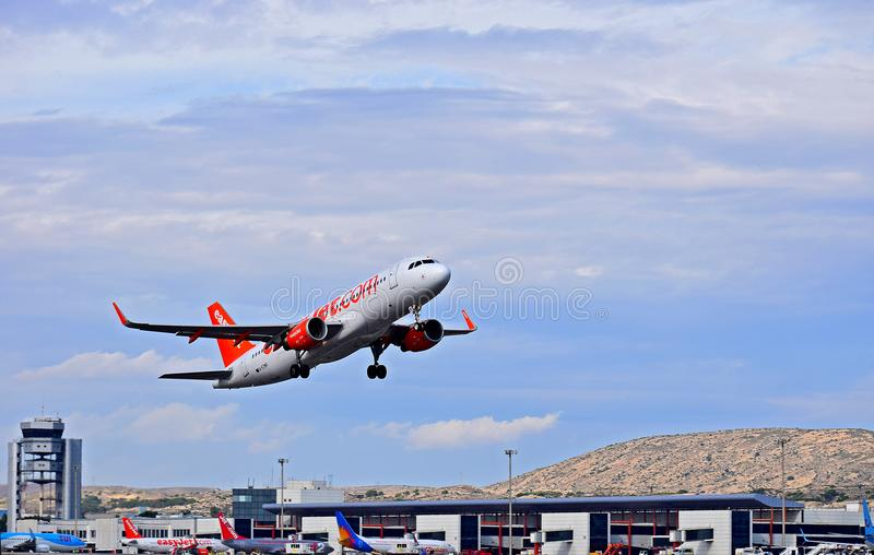 Easyjetvliegtuig in Front Of Control Tower Alicante-Luchthaven royalty-vrije stock fotografie
