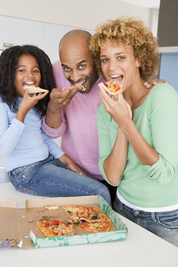 eating family pizza together στοκ εικόνα