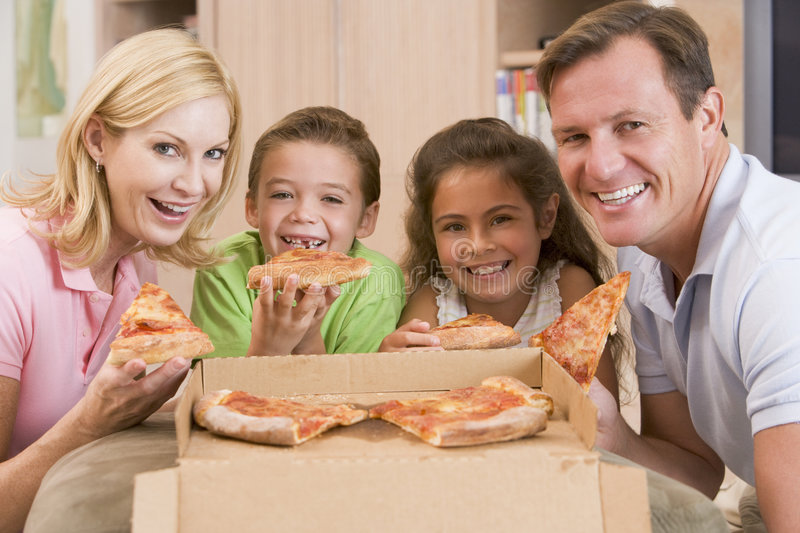 eating family pizza together στοκ εικόνες