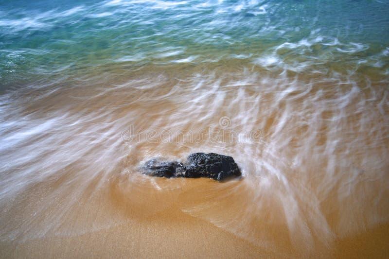 Eau courante sur un rivage sablonneux photo libre de droits