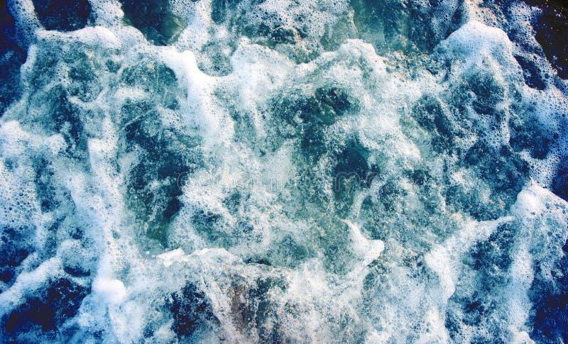Eau de mer avec la vague mousseuse Voyage tropical de bateau d'îles Traînée de bateau de croisière image libre de droits