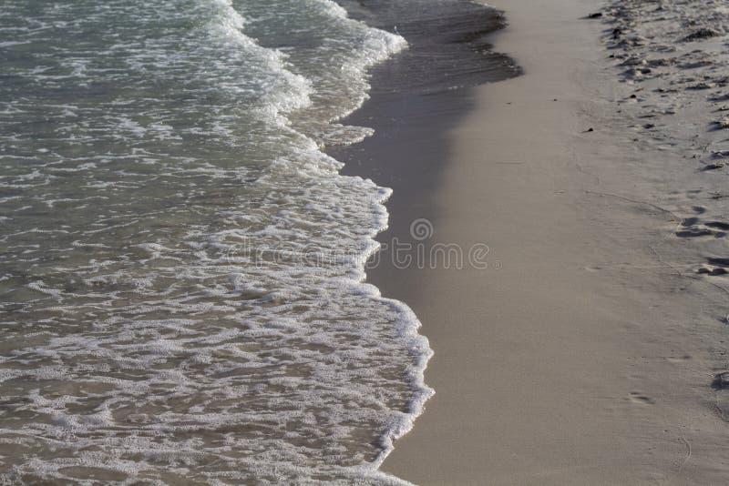 Eau de mer claire sur la plage blanche de sable Vague de mer sur la plage sablonneuse Photo tropicale de bord de la mer Vacances  images libres de droits
