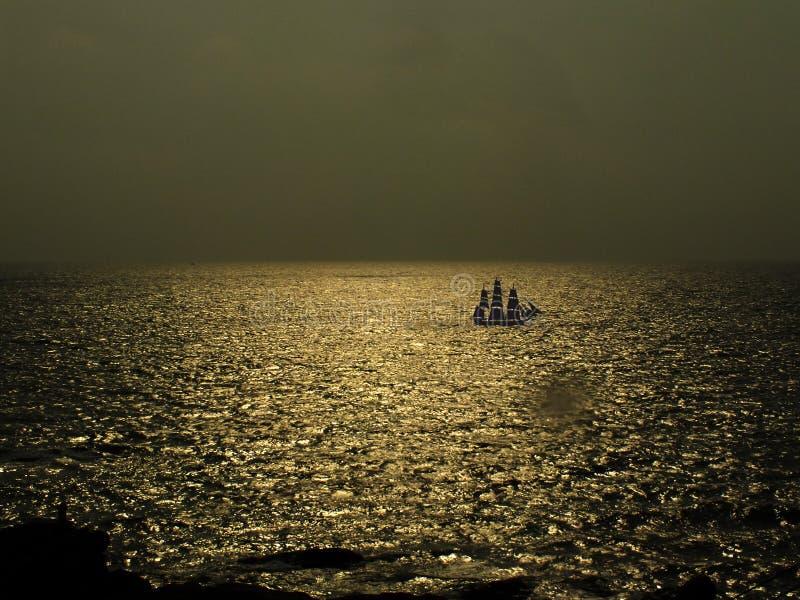 Eau de mer d'or avec le bateau photo stock