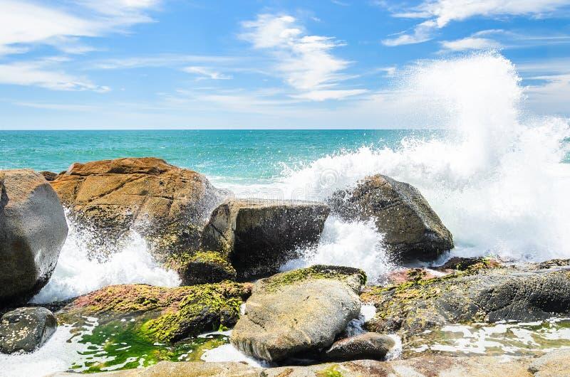 Eau de mer frappant dans des roches sur la côte et éclaboussant des baisses de l'eau photo stock