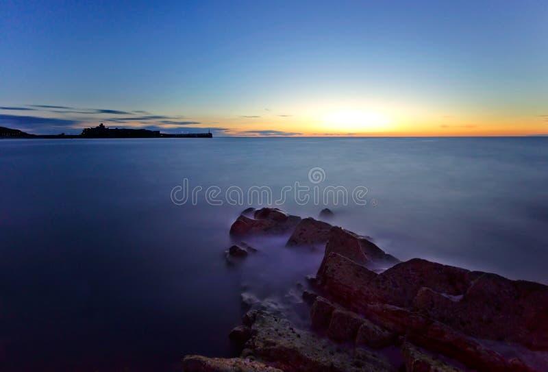 Eau de mer - longue exposition avec le château photographie stock libre de droits