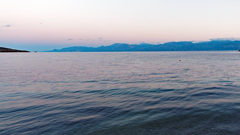 Eau de mer ondulée à l'aube image libre de droits