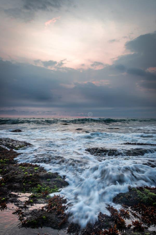 Eau de mer sur la roche noire photographie stock