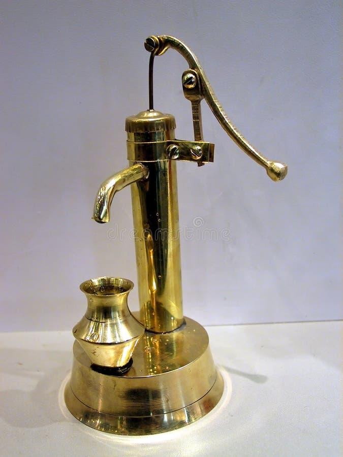 eau de pompe modèle de main la rétro photographie stock libre de droits