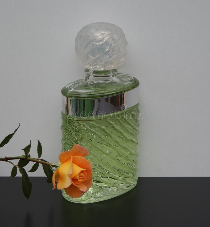 Eau de Rochas, fragrância para senhoras, grande garrafa de perfume decorada com um inglês aumentou foto de stock royalty free