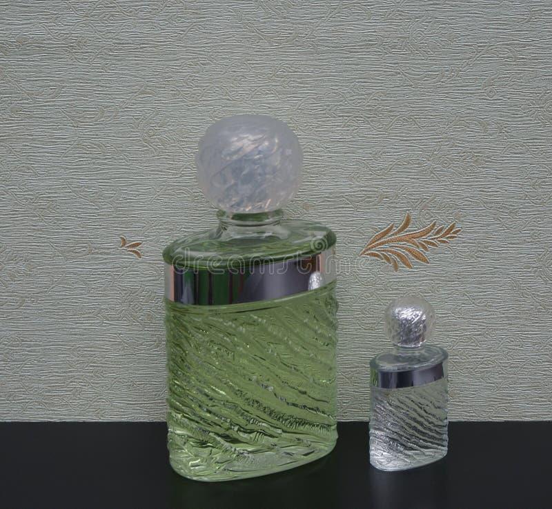 Eau de Rochas, fragranza per le signore, grande bottiglia di profumo accanto ad una bottiglia di profumo commerciale davanti al w immagine stock libera da diritti