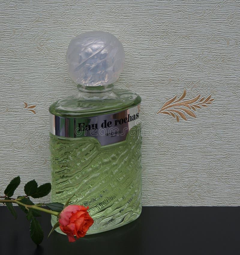 Eau de Rochas, fragranza per le signore, grande bottiglia di profumo davanti al wallcovering Elysee del raso decorata con un ingl immagini stock