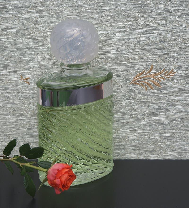 Eau de Rochas, fragranza per le signore, grande bottiglia di profumo davanti al wallcovering Elysee del raso decorata con un ingl immagine stock libera da diritti