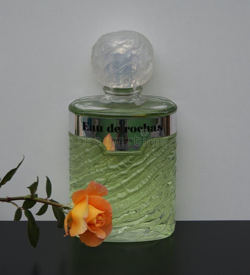 Eau de Rochas, fragranza per le signore, grande bottiglia di profumo decorata con un inglese è aumentato immagini stock libere da diritti