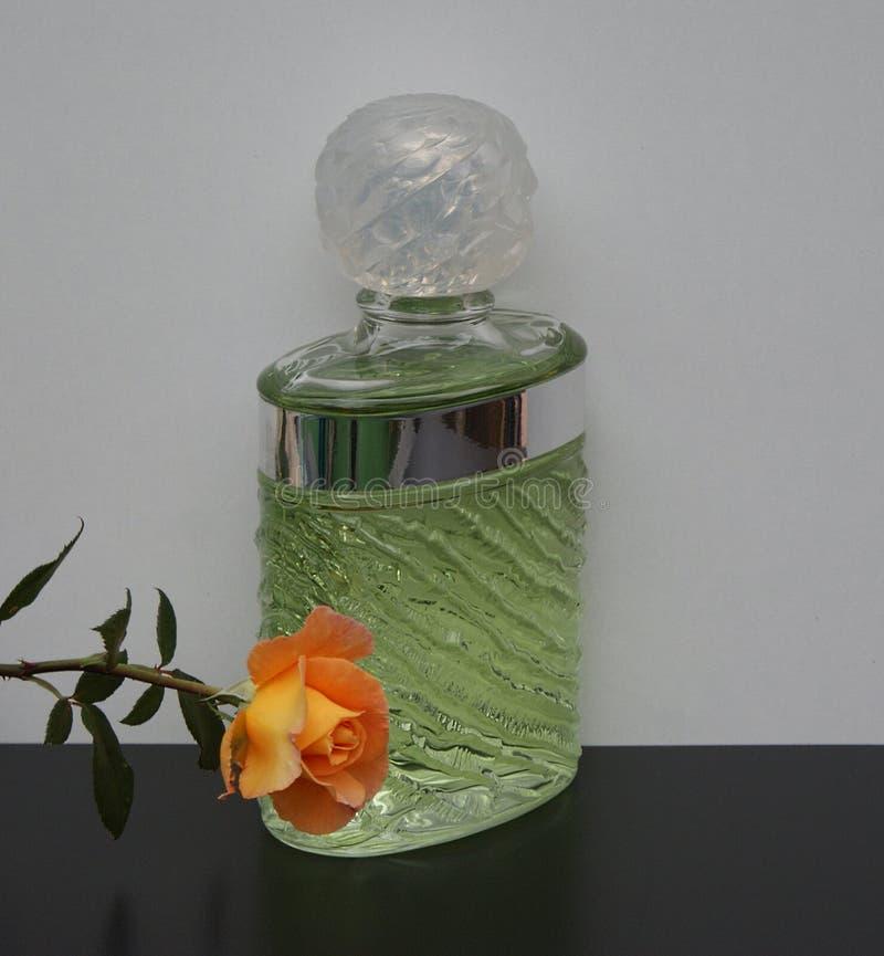 Eau de Rochas, fragranza per le signore, grande bottiglia di profumo decorata con un inglese è aumentato fotografia stock libera da diritti