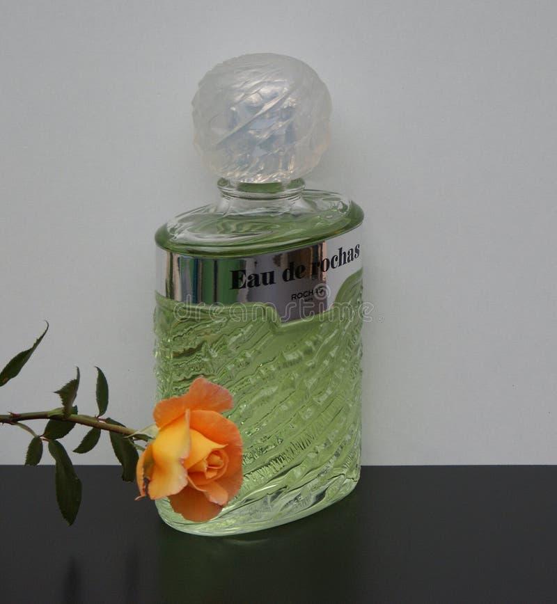 Eau DE Rochas, geur voor dames, grote die parfumfles met Engelsen wordt verfraaid nam toe stock fotografie