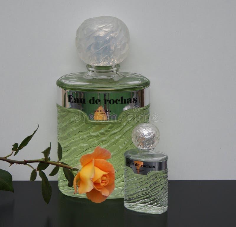 Eau DE Rochas, geur voor dames, grote parfumfles naast een commerciële die parfumfles met Engelsen wordt verfraaid nam toe royalty-vrije stock foto