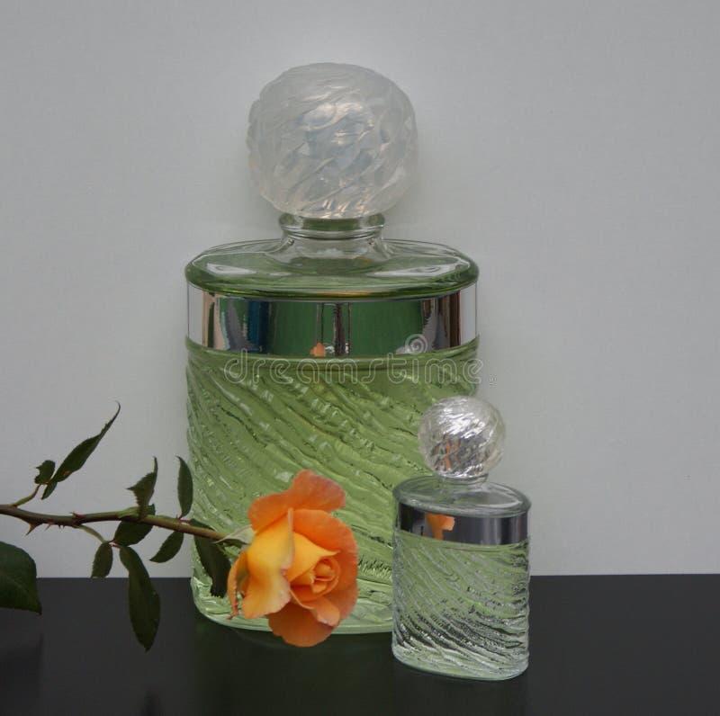 Eau De Rochas, woń dla dam, wielka pachnidło butelka obok handlowej pachnidło butelki dekorującej z angielszczyzny wzrastał obraz stock