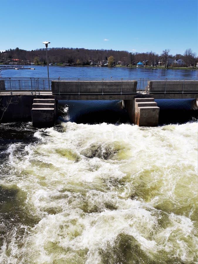 Eau de source faisant rage par des serrures sur Trent River photographie stock libre de droits