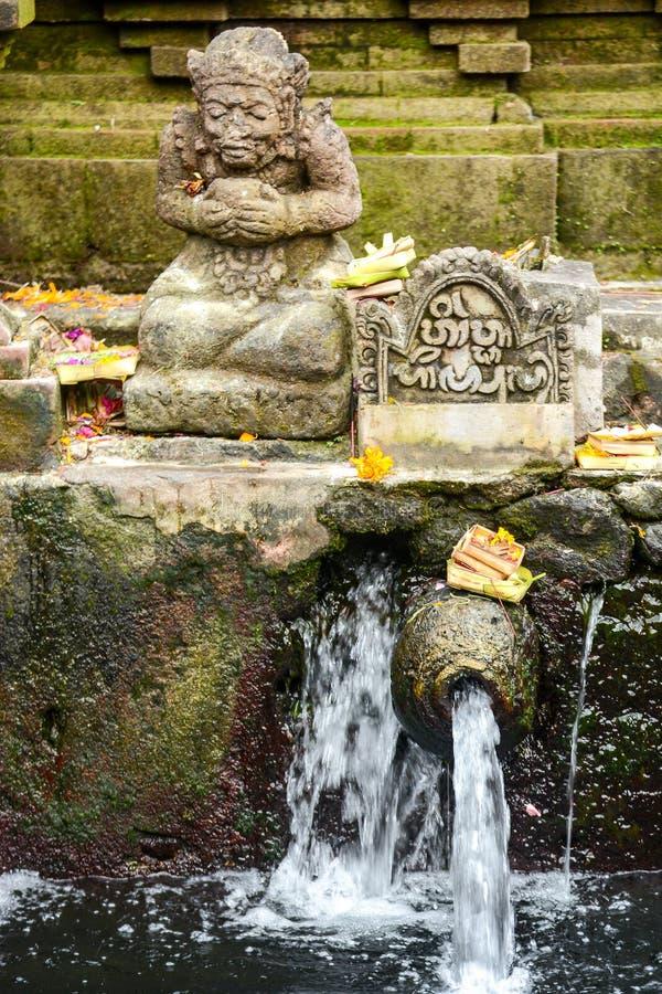Eau de source sainte dans le temple de Tirta Empul photographie stock libre de droits