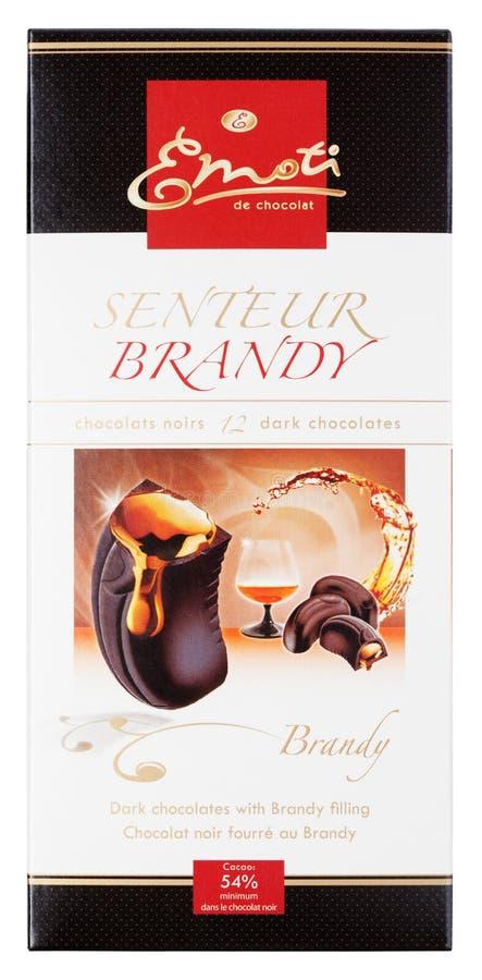 Eau-de-vie fine d'Emoti de Chocolat Senteur - barre de chocolat foncée avec l'eau-de-vie fine d'isolement sur le blanc photographie stock
