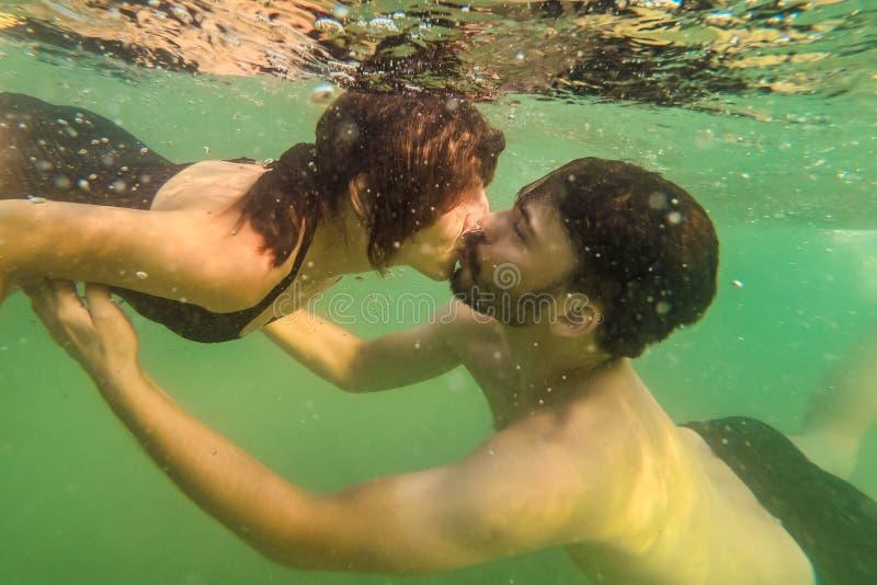 Eau du fond de baiser d'homme et de femme en mer photographie stock