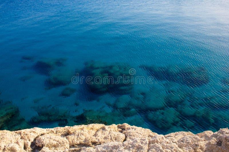 Eau et roches de mer bleues en cristal claires sur le fond La vue ? partir du dessus Belle vue de la mer Méditerranée en Chypre d photographie stock libre de droits