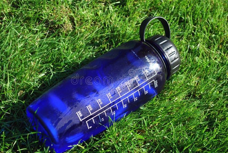 eau froide de bouteille photographie stock