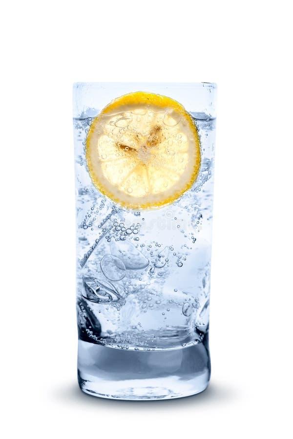 Eau froide fraîche avec de la glace et le citron photographie stock libre de droits