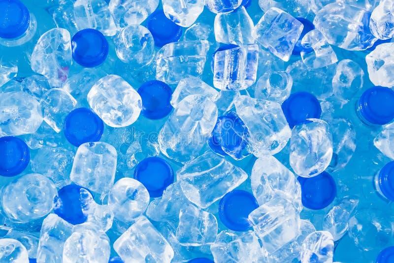 Eau froide fraîche dans le tube de glace dans le seau en Thaïlande photographie stock libre de droits