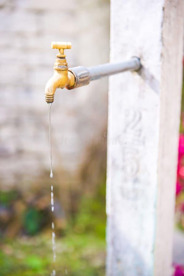 Eau libre de robinet à la maison photographie stock libre de droits