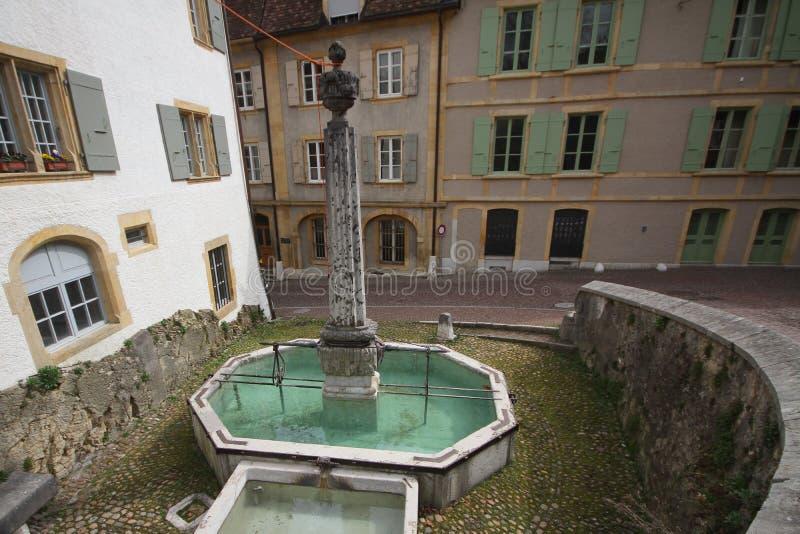 Eau potable clair comme de l'eau de roche fraîche dans la fontaine avec des cascades de l'eau, secteur de rafraîchissement dans l images stock