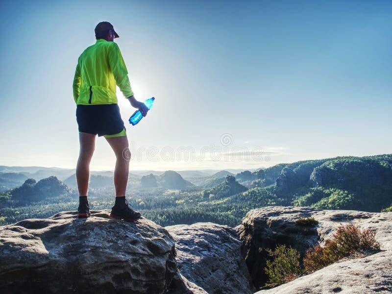Eau potable d'homme de sport de boissons de bouteille de sports sur la course de traînée photo libre de droits