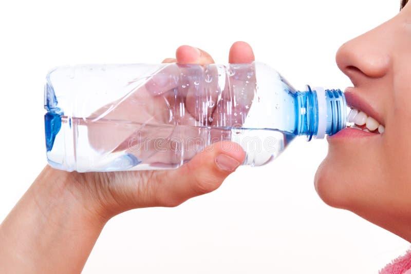 Eau potable d'une bouteille images stock