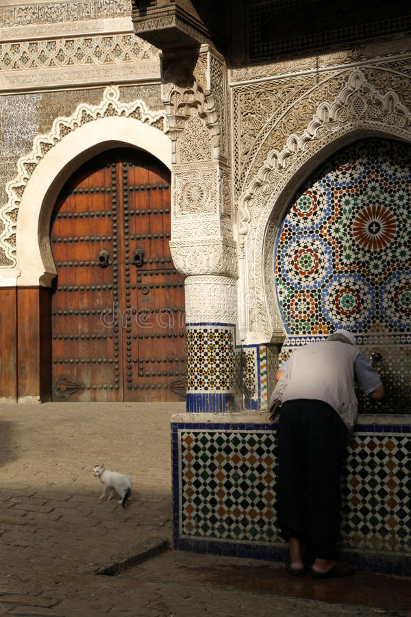 Eau potable dans le medina photographie stock