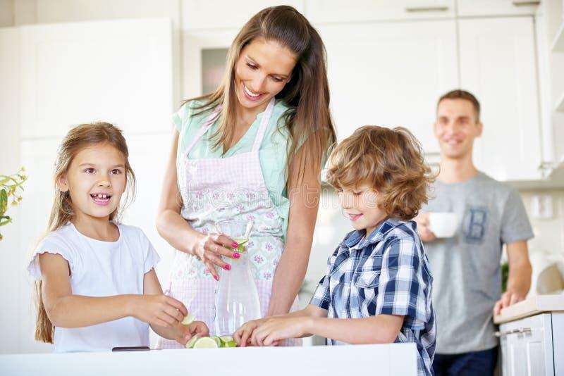 Eau potable de famille avec la chaux fraîche photos stock