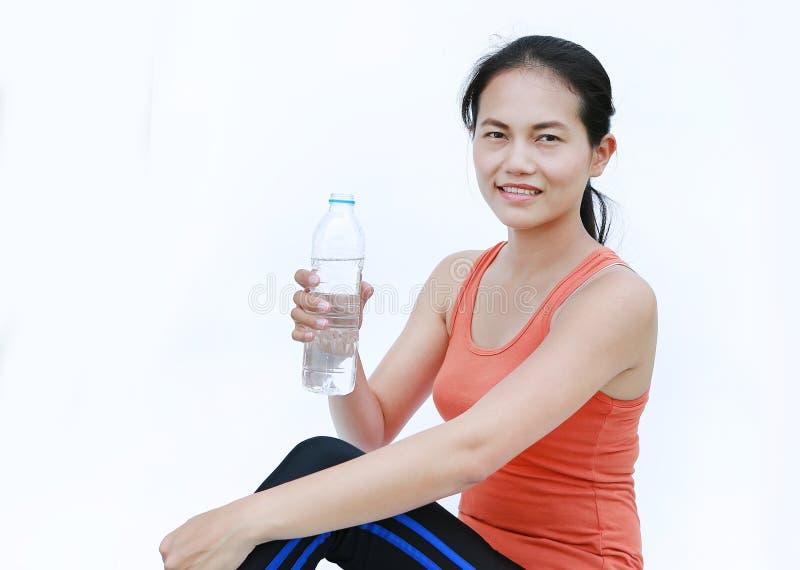 Eau potable de femme en bonne santé après séance d'entraînement, fille de forme physique dans le concept de séance d'entraînement images libres de droits