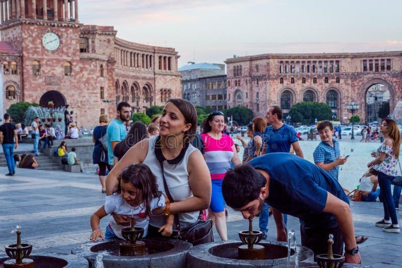 Eau potable de la fontaine, Erevan photographie stock