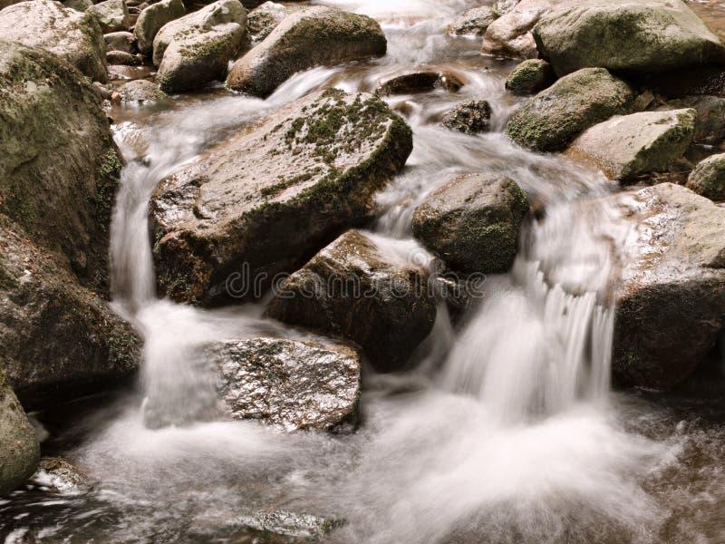 Eau potable entrant dans les montagnes ( de Harz ; ilsefälle image stock