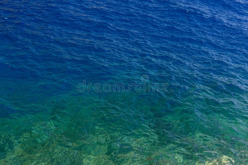 Eau profonde bleue et rochers sous-marins près de l'île d'Hydra, Grèce Eau limpide et cristalline photo stock
