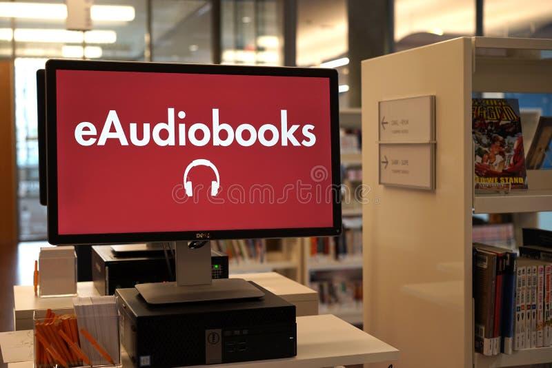 EAudiobooks är för att läsa på gå fotografering för bildbyråer