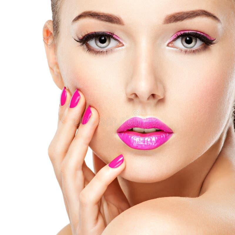 Eautiful-Frauengesicht mit rosa Make-up von Augen und von Nägeln lizenzfreies stockfoto