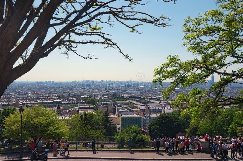 Eautiful sikt av staden från den Sacre Coeur basilikan i vårdag Allmän sikt av staden från kullen av Montmartre arkivbilder