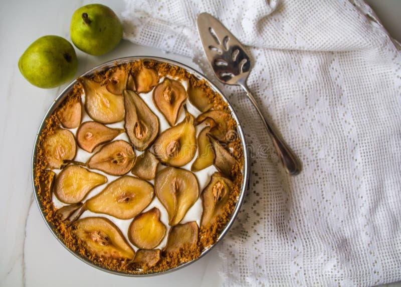 Eautiful u. köstlicher selbst gemachter Birne speculoos Plätzchenkuchen verziert mit gebackenen karamellisierten Birnen u. specul stockbilder