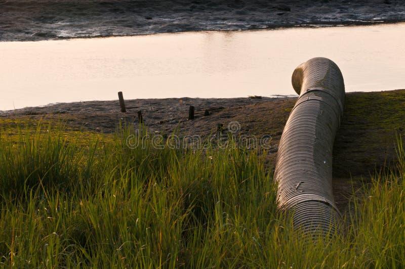 Eaux d'égout de pollution de l'eau images stock