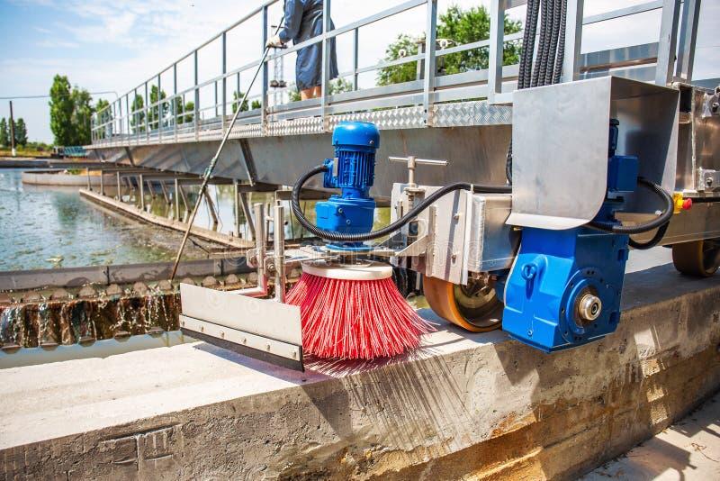 Eaux usées et station d'épuration urbaines modernes avec des réservoirs d'aération, la réutilisation industrielle de l'eau et la  images libres de droits