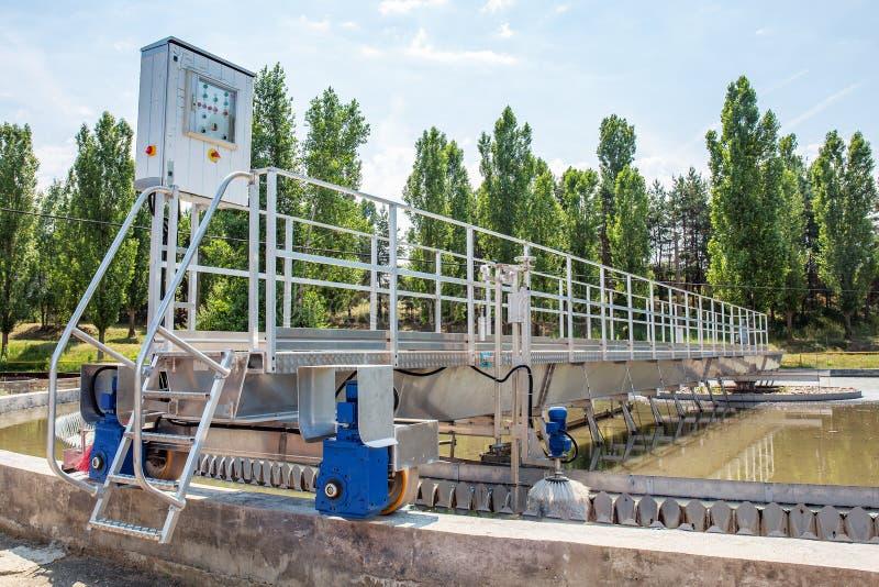 Eaux usées et station d'épuration urbaines modernes avec des réservoirs d'aération, la réutilisation industrielle de l'eau et la  image libre de droits