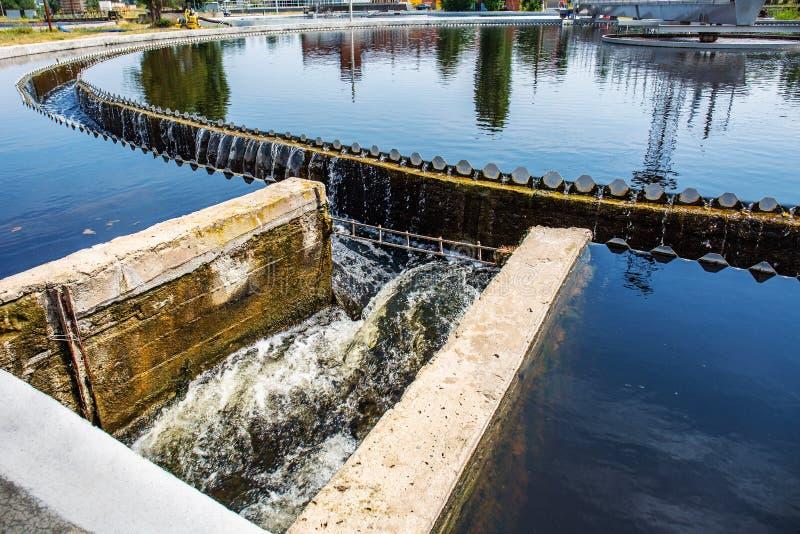 Eaux usées et station d'épuration urbaines modernes avec des réservoirs d'aération, la réutilisation industrielle de l'eau et la  photos libres de droits