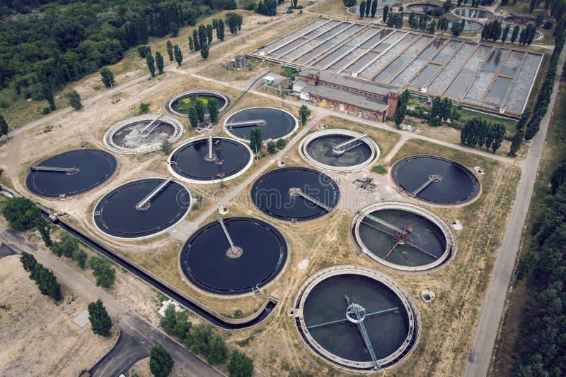 Eaux usées et station d'épuration urbaines modernes avec des réservoirs d'aération, la réutilisation industrielle de l'eau et la  photo libre de droits