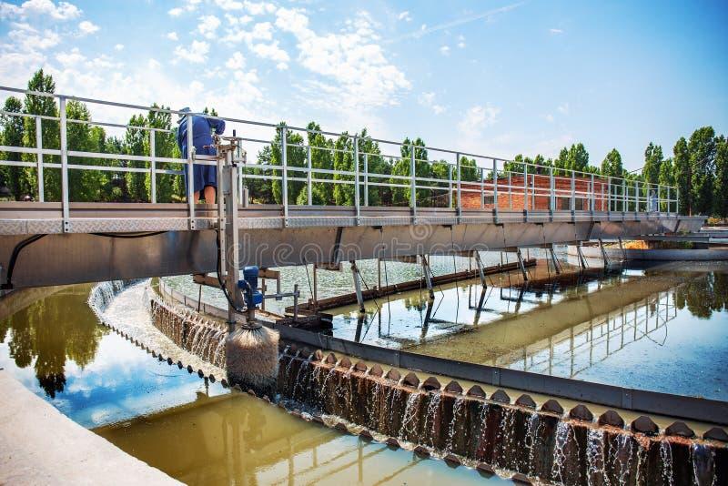 Eaux usées et station d'épuration urbaines modernes avec des réservoirs d'aération, la réutilisation industrielle de l'eau et la  photos stock